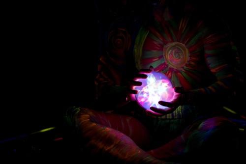 光る球体を両手で持つ女性占い師