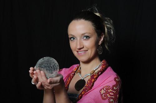 水晶玉を掌にのせる女性